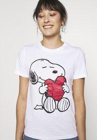 ONLY Petite - ONLPEANUT LOVE - T-Shirt print - white - 4