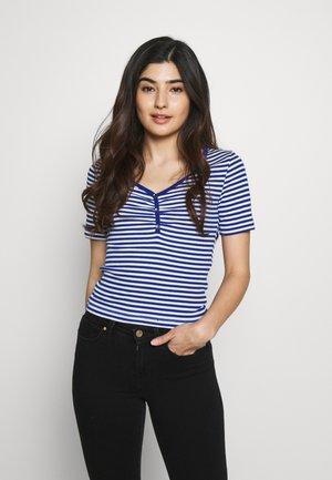 ONLTINEA PLACKET TOP PETITE - T-shirts med print - mazarine blue/cloud dancer