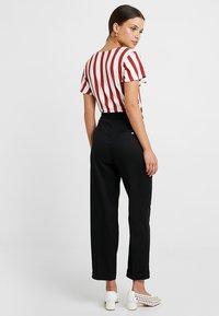 ONLY Petite - ONLFNICE KNOT - T-shirt con stampa - cloud dancer/ketchup - 2