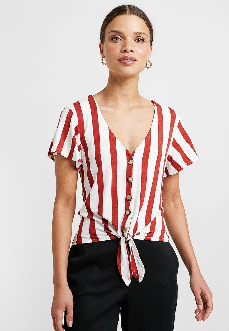 ONLY Petite - ONLFNICE KNOT - Print T-shirt - cloud dancer/ketchup