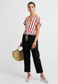 ONLY Petite - ONLFNICE KNOT - T-shirt con stampa - cloud dancer/ketchup - 1