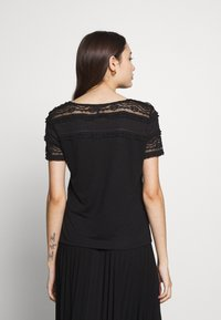 ONLY Petite - ONLMARJORIE MIX  - Camiseta estampada - black