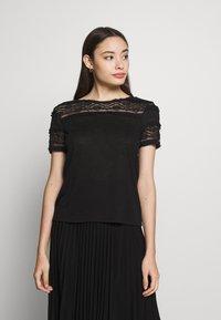 ONLY Petite - ONLMARJORIE MIX  - Camiseta estampada - black - 0