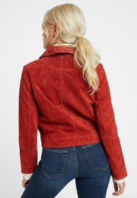 ONLY Petite - ONLLEAH SHORT JACKET - Giacca di pelle - ketchup - 2