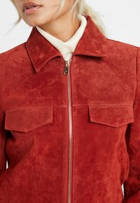 ONLY Petite - ONLLEAH SHORT JACKET - Giacca di pelle - ketchup - 3
