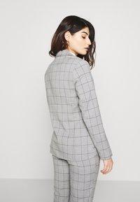 ONLY Petite - ONLCAROLINA CHECK - Blazer - light grey melange - 2