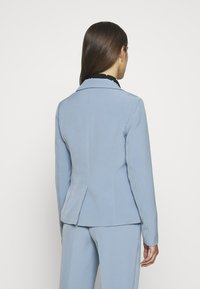 ONLY Petite - ONLSELMA-ASTRIDFITTED - Blazer - faded denim - 2