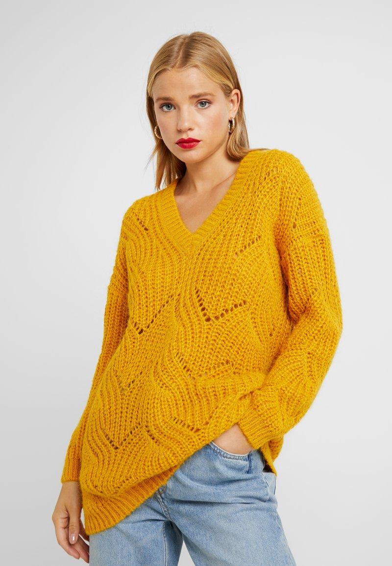 ONLY Petite - ONLHAVANA V NECK - Strickpullover - golden yellow
