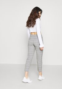 ONLY Petite - ONLSARAH WIN PANT - Bukse - light grey melange - 2