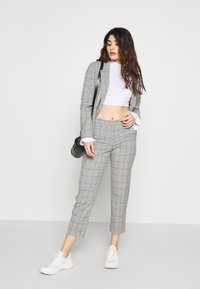 ONLY Petite - ONLSARAH WIN PANT - Bukse - light grey melange - 1