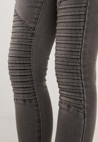 ONLY Petite - ONLROYAL BIKER PET - Skinny-Farkut - dark grey denim