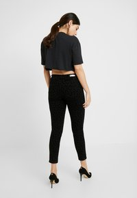 ONLY Petite - ONYCARMEN ANKLE FLOCK - Jeans Skinny - black - 2