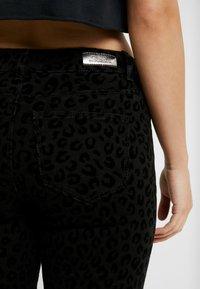 ONLY Petite - ONYCARMEN ANKLE FLOCK - Jeans Skinny - black - 5