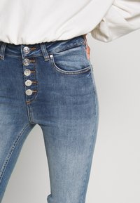ONLY Petite - ONLBLUSH BUTTON - Jeans Skinny Fit - medium blue denim - 4