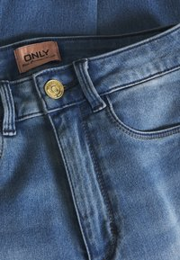 ONLY Petite - ONLROYAL - Vaqueros pitillo - medium blue denim - 2