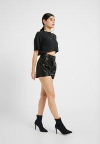 ONLY Petite - ONLROBIN MAJA - Shortsit - black - 1