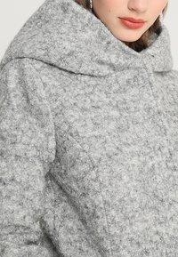 ONLY Petite - ONLSEDONA COAT - Kort kåpe / frakk - light grey melange - 3