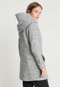 ONLY Petite - ONLSEDONA COAT - Kort kåpe / frakk - light grey melange - 2
