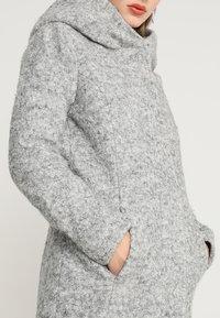 ONLY Petite - ONLSEDONA COAT - Kort kåpe / frakk - light grey melange - 6