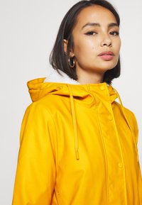 ONLY Petite - ONLSALLY RAINCOAT - Parka - golden yellow/white - 6