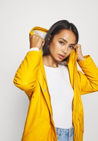 ONLY Petite - ONLSALLY RAINCOAT - Parka - golden yellow/white - 3