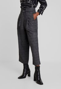 Marc O'Polo DENIM - PAPER BAG WAISTBAND BELT - Pantalones - check grey - 0