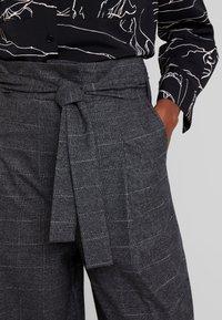 Marc O'Polo DENIM - PAPER BAG WAISTBAND BELT - Pantalones - check grey - 5