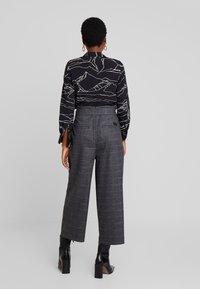 Marc O'Polo DENIM - PAPER BAG WAISTBAND BELT - Pantalones - check grey - 3