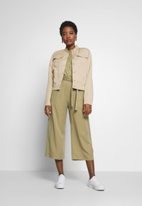Marc O'Polo DENIM - PANTS WIDE LEG BELT - Kalhoty - bleached olive - 1