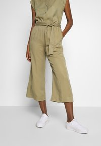 Marc O'Polo DENIM - PANTS WIDE LEG BELT - Kalhoty - bleached olive - 0