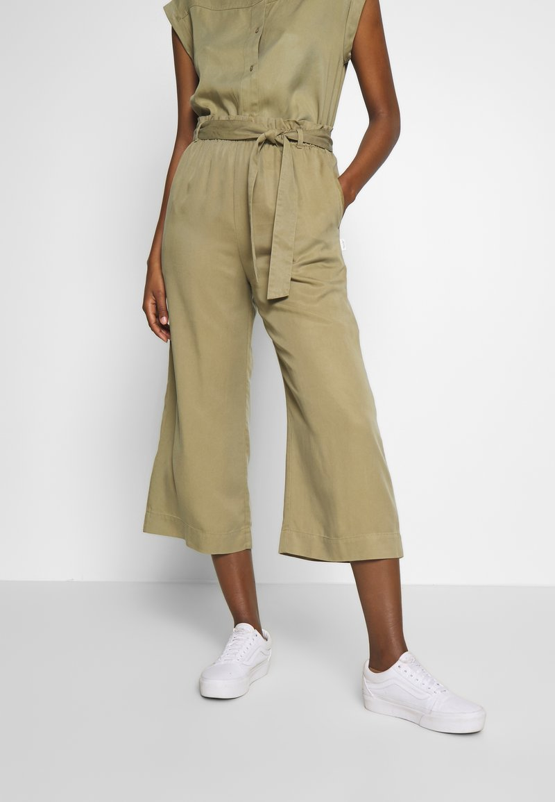 Marc O'Polo DENIM - PANTS WIDE LEG BELT - Kalhoty - bleached olive