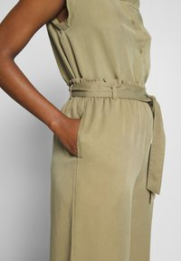 Marc O'Polo DENIM - PANTS WIDE LEG BELT - Kalhoty - bleached olive - 5