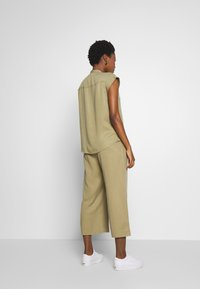Marc O'Polo DENIM - PANTS WIDE LEG BELT - Kalhoty - bleached olive - 2