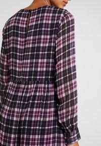 Marc O'Polo DENIM - LONGSLEEVE  - Denní šaty - pink/black - 4