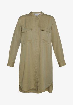 DRESS PATCH ON POCKETS - Vestido camisero - bleached olive