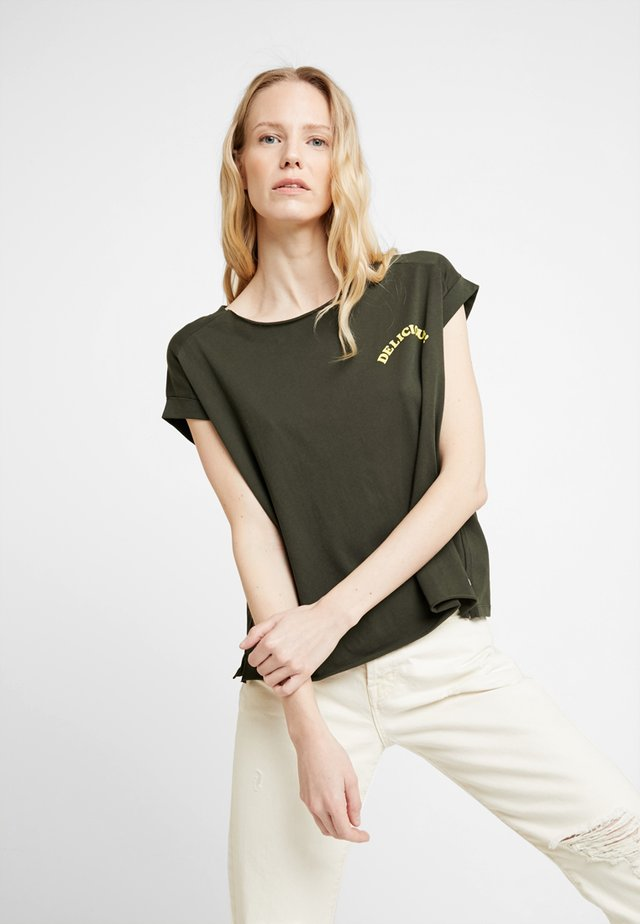 SHORT SLEEVE WITH TURN UPS - Print T-shirt - action green