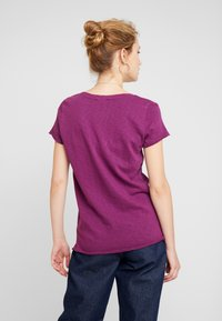 Marc O'Polo DENIM - V NECK COSY FIT SIDESLITS - T-shirt med print - purple