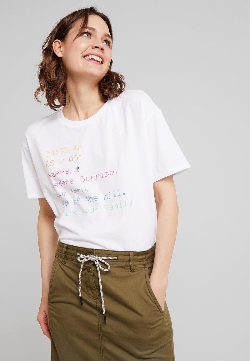 Marc O'Polo DENIM - SHORT SLEEVE DROPPED - Print T-shirt - white