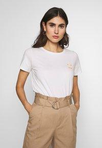 Marc O'Polo DENIM - SHORT SLEEVE FRONT  - Print T-shirt - scandinavian white - 0
