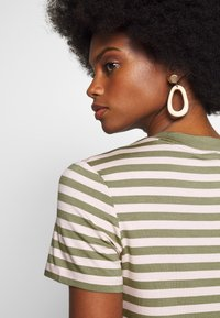 Marc O'Polo DENIM - SHORT SLEEVE STRIPE WITH CONTRAST NECKLINE - Triko s potiskem - multi/bleached olive - 3