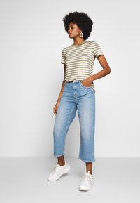 Marc O'Polo DENIM - SHORT SLEEVE STRIPE WITH CONTRAST NECKLINE - Triko s potiskem - multi/bleached olive - 1
