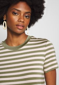 Marc O'Polo DENIM - SHORT SLEEVE STRIPE WITH CONTRAST NECKLINE - Triko s potiskem - multi/bleached olive - 5