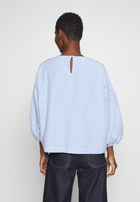 Marc O'Polo DENIM - STRIPED SLEEVES - Bluser - bleached blue - 2
