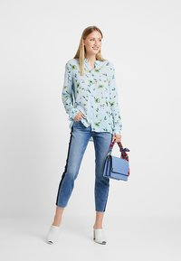 Marc O'Polo DENIM - ALVA CROPPED - Jeansy Slim Fit - blue side of life/mid blue - 1