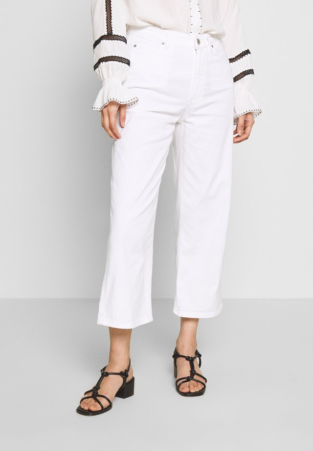 TOMMA CROPPED - Široké džíny - white