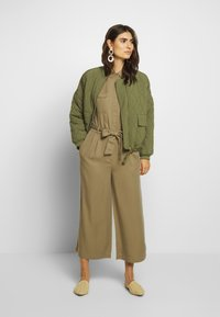 Marc O'Polo DENIM - OVERALL PATCH ON POCKETS BELT - Jumpsuit - bleached olive - 1