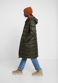 Marc O'Polo DENIM - COAT QUILTED PUFFER 2IN1 OPTIC - Cappotto invernale - action green - 1