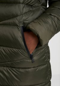 Marc O'Polo DENIM - COAT QUILTED PUFFER 2IN1 OPTIC - Cappotto invernale - action green - 4