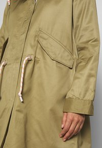 Marc O'Polo DENIM - OVERSIZED SPECIAL HOOD SPECIAL DRAWSTRING - Parka - bleached olive - 5