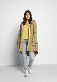 Marc O'Polo DENIM - OVERSIZED SPECIAL HOOD SPECIAL DRAWSTRING - Parka - bleached olive - 1
